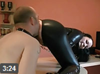 Sklave muss ihren Arsch lecken