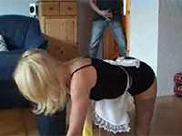 Geile Mutter beim Putzen vollgespritzt
