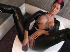 Latex Fetischluder masturbiert